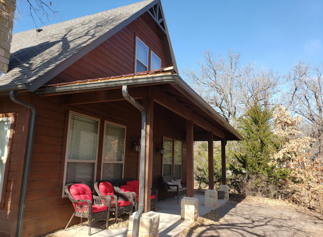 Eagles Nest Cabin with Hot Tub in Medicine Park, Oklahoma
