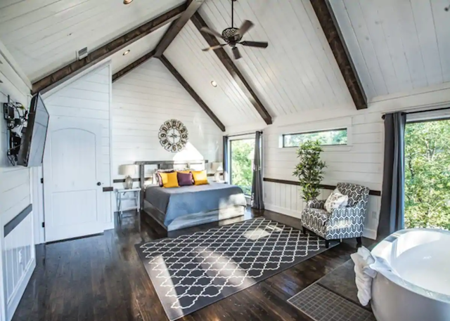 Magnolia Peak Cabin bedroom with jacuzzi tub